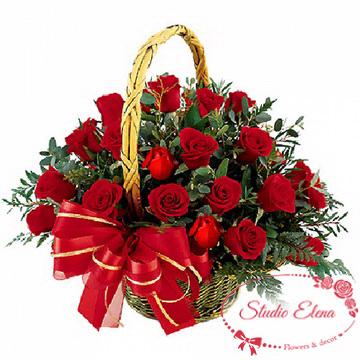 Много цветов в корзине — Алая роза