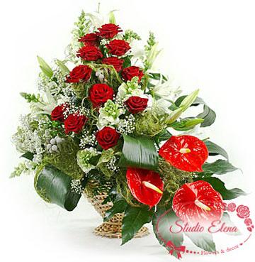 Водопад из антуриума и красных роз