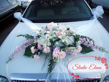 Шикарный букет и ленты на свадебный автомобиль
