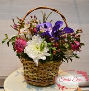 Орхидеи Ванда в корзинке с розами и зеленью