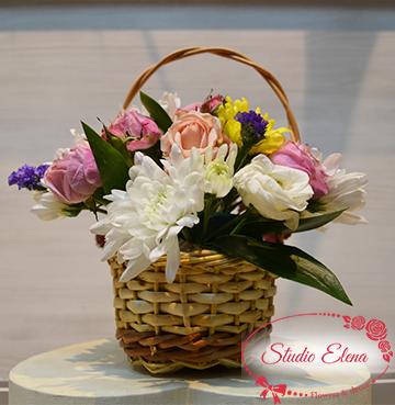 Весенний микс нежных цветов в корзине