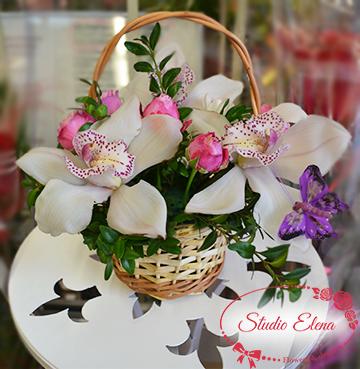 Рожеві троянди і Ванда в кошику - Біла Орхідея