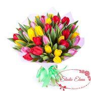 Насыщенный разными цветами букет из тюльпанов — Ренессанс