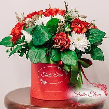Букет роз и хризантем в шляпной коробке — Красная шапочка