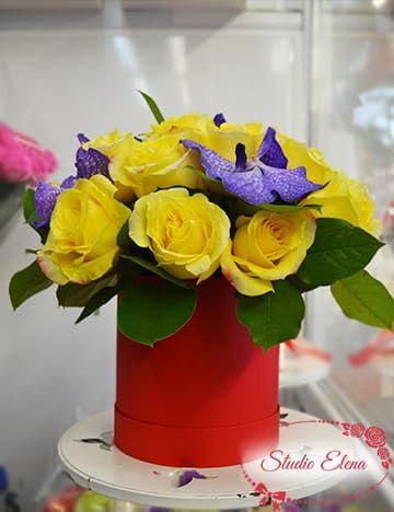 Розы и орхидеи в шляпной коробке — Илиос
