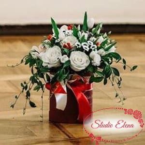 Белые розы и зелень в коробке — Дежавю