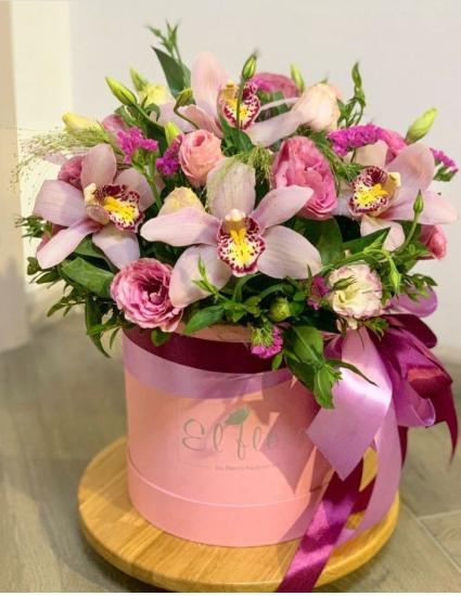 Коробка з ніжними орхідеями