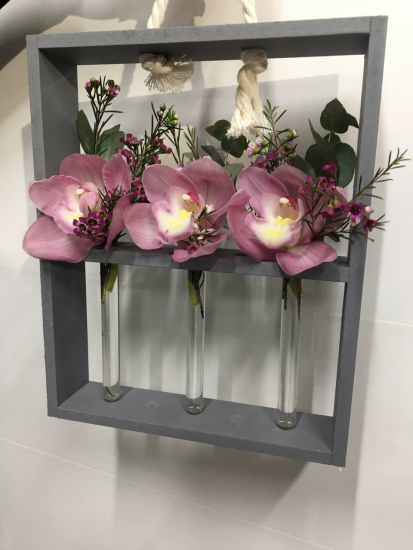 Орхидеи в цветочных рамках с колбами
