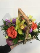 Квіткова композиція в дерев'яному ящику