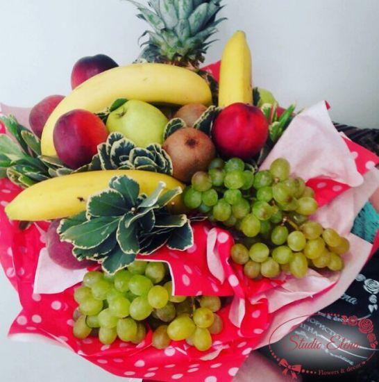 Сезон фруктів на підносі