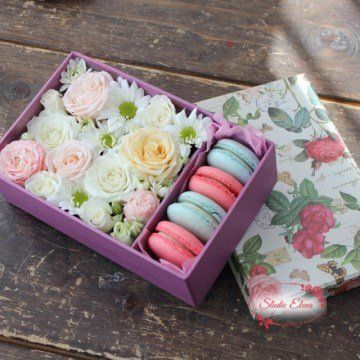 Троянди і хризантеми в коробці з макарунами - Смакота