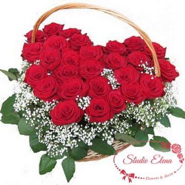 Букет в форме сердца из красных роз в корзине — Перфоманс