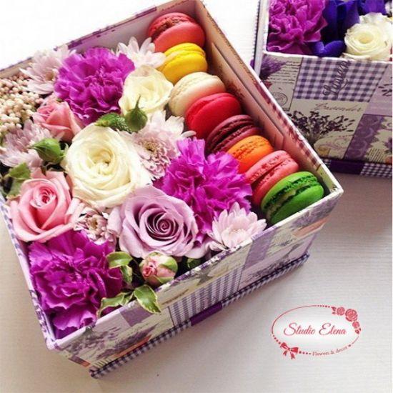 Свіжі квіти та солодощі в коробці - Маккі