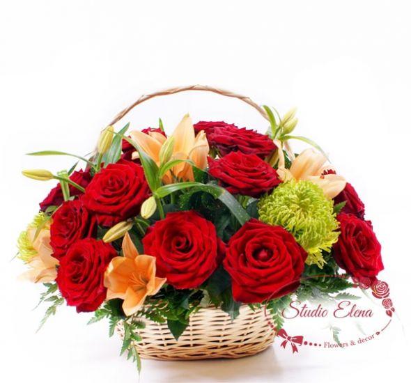Розы, лилии и хризантемы в корзине — Кармен