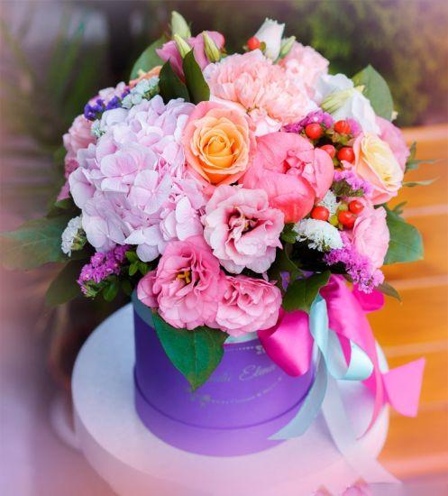 Яркие цветы в шляпной коробке — Белла