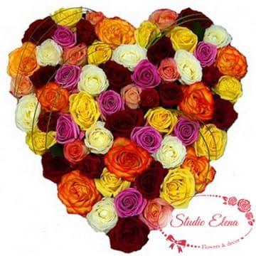 Букет из разноцветных роз в форме сердца — Трепетное ожидание