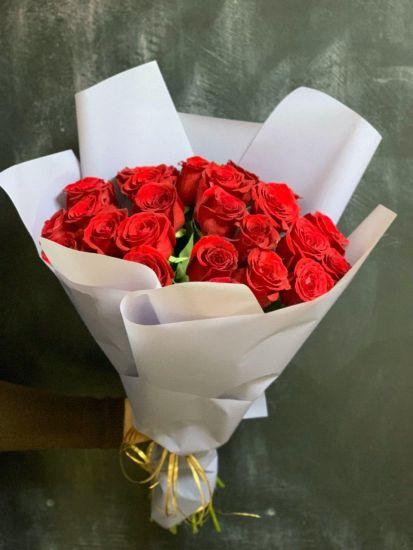 Романтичний букет з 25 червоних троянд