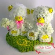 Игрушки из цветов – Свадебная пара мишуток