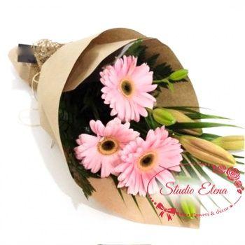 Нежный букет из герберы, лилии папоротника — Амадей