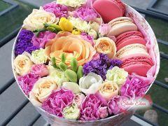 Макаруны с нежными цветами в коробке — Мармелад