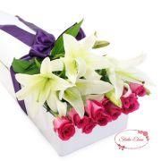 Белые лилии и розы в Коробке восхищения