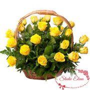 Желтые розы в корзине