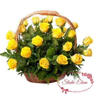 Жовті троянди в кошику